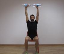 esercizio fisico con bottiglie d'acqua