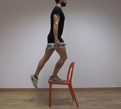 esercizi gambe con la sedia da fare a casa per tenersi in forma