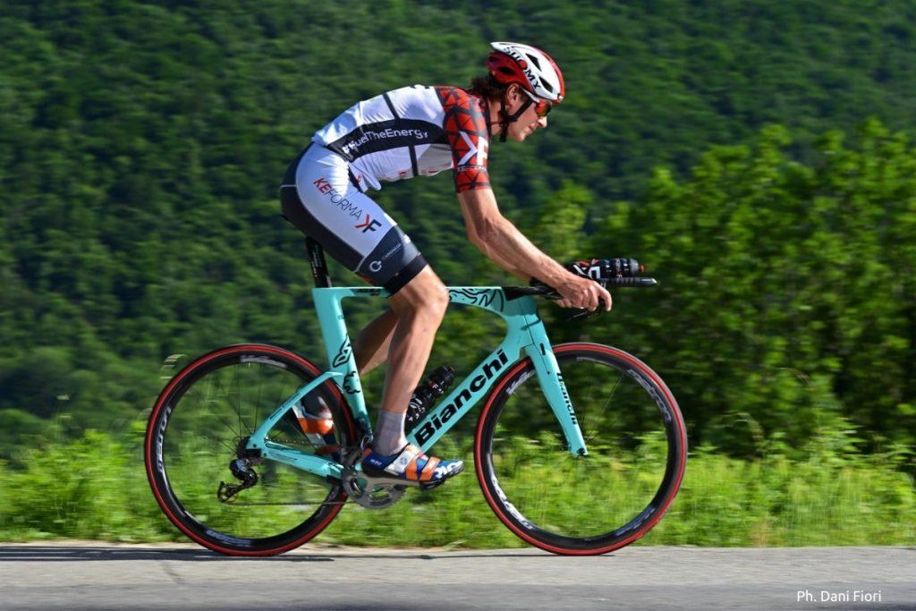 Ciclista su bici Bianchi da triathlon team KEFORMA